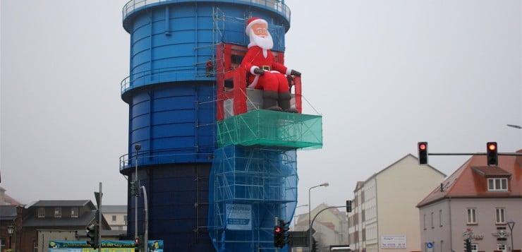 Riesiger aufblasbarer Weihnachtsmann als Kantenhocker am Gaskessel in Bernau bei Berlin
