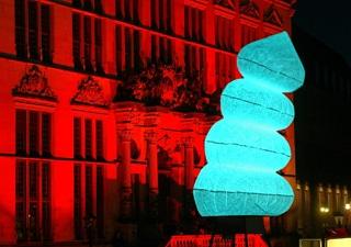 Kunstobjekt mit individueller farbiger Beleuchtung Outdoor