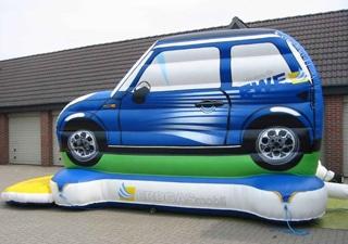 Individuell gestaltete Hüpfburg im Auto Design