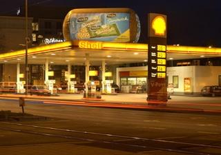 Outdoor Tankstellen Dachwerbung beleuchtet und auch bei Nacht gut sichtbar