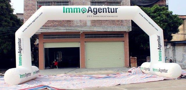 Torbogen Immo Agentur mit den Innenmaßen von ca. 8 m x 4 m