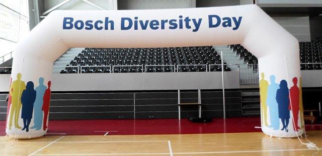 Torbogen Bosch mit den Außenmaßen von ca. 9,6 m x 4,3 m