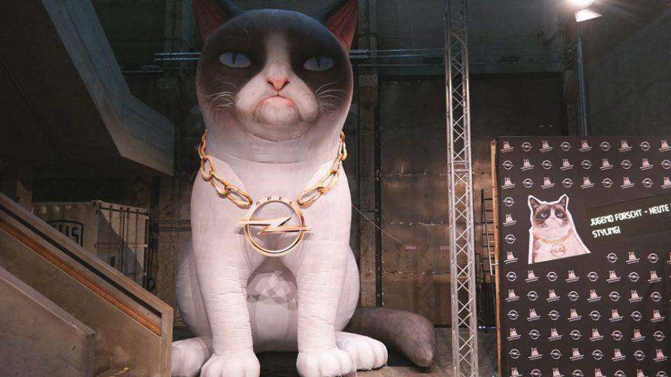 Aufblasbare Katze Opel