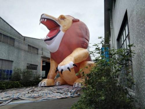 aufblasbarer löwe 10 m
