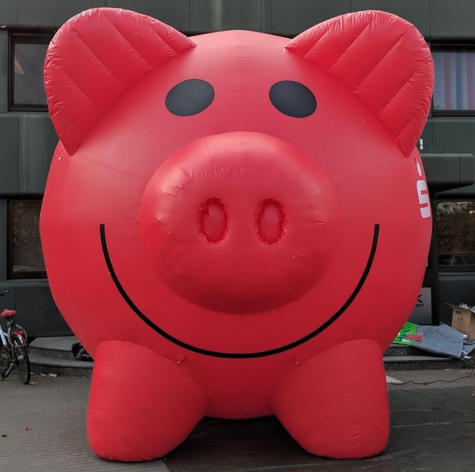 Aufblasbares Schwein mit Dauergebläse