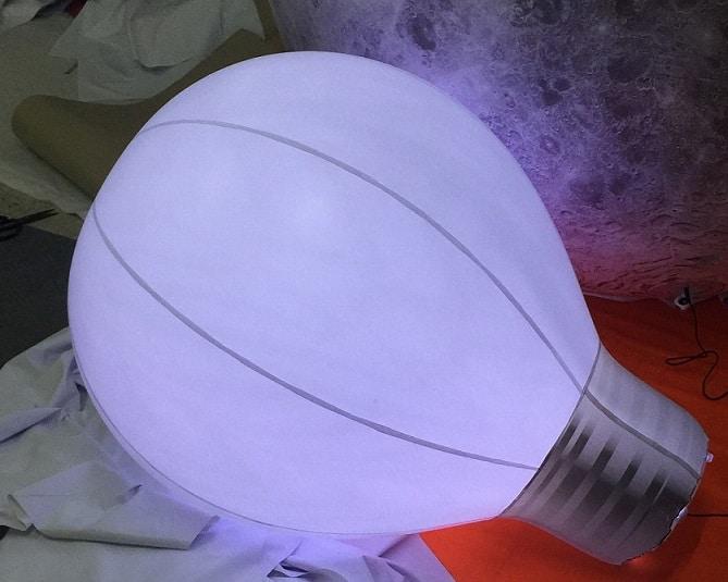 Aufblasbare Glühbirne mit LED-Beleuchtung