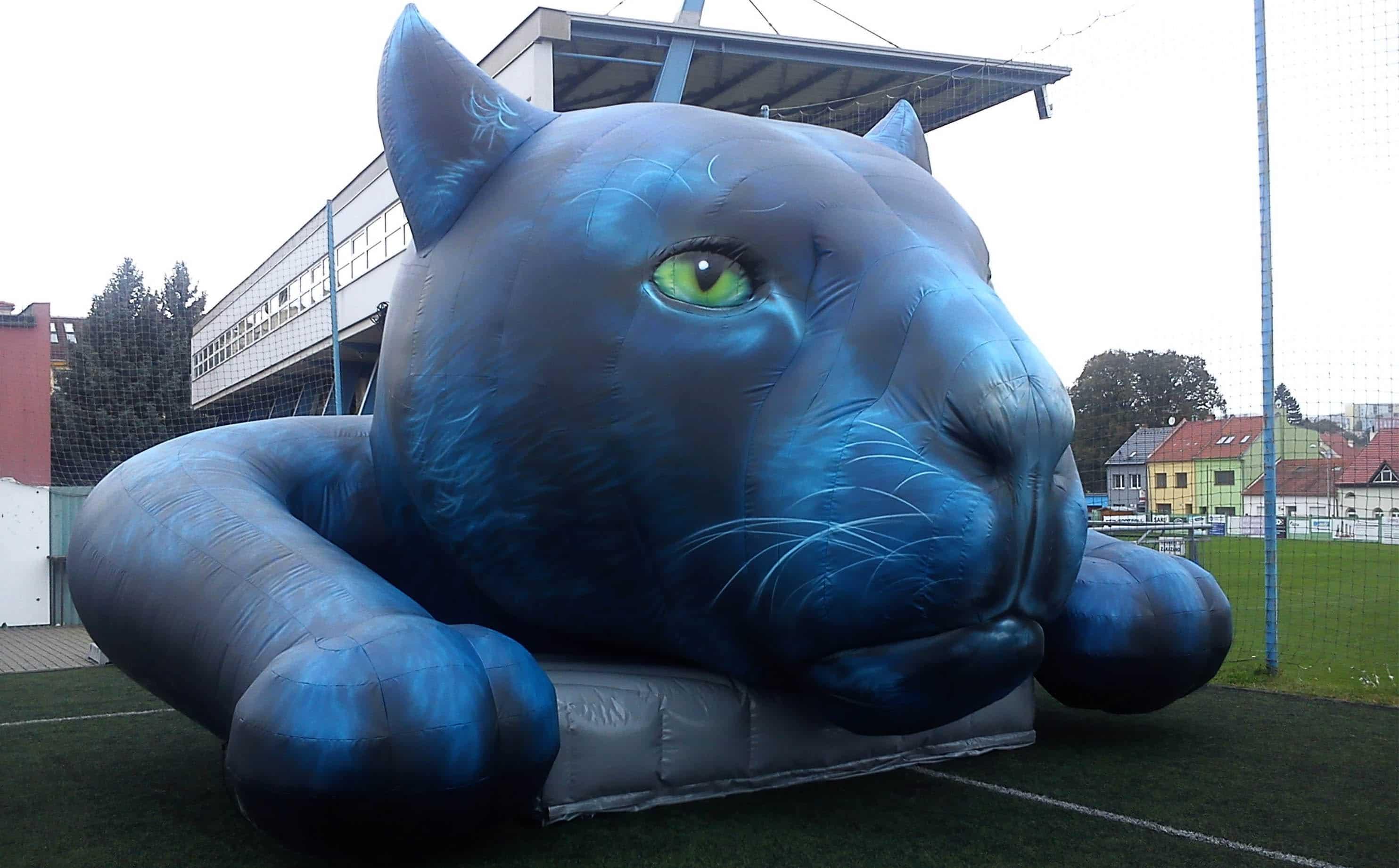 Aufblasbarer Panther als Dachwerbung