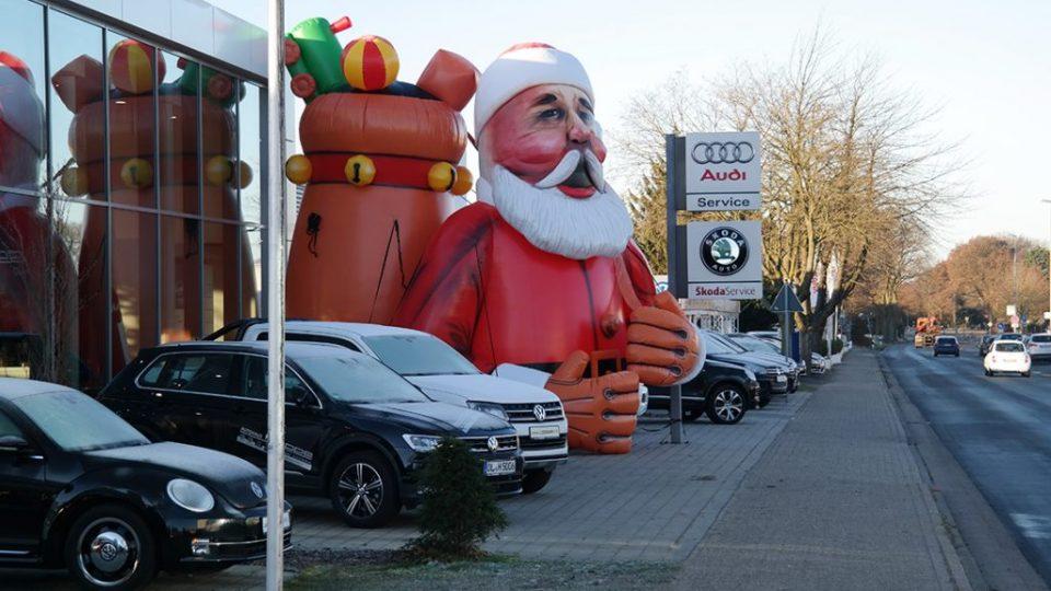 Autohaus weihnachtsbaum weihnachtsmann